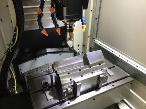 加工機へ治具取り付け 精度出し及び固定作業