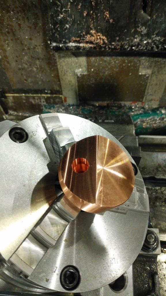 ワークの仕上がり写真です。フェースミルで削った斜面の中心部に、テーパエンドミルであけた傾斜穴がしっかり確認できます。