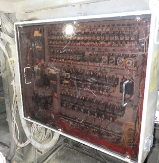 制御盤の写真。扉は半透明で中をのぞくことができます。結構な大きさであることが分かります。