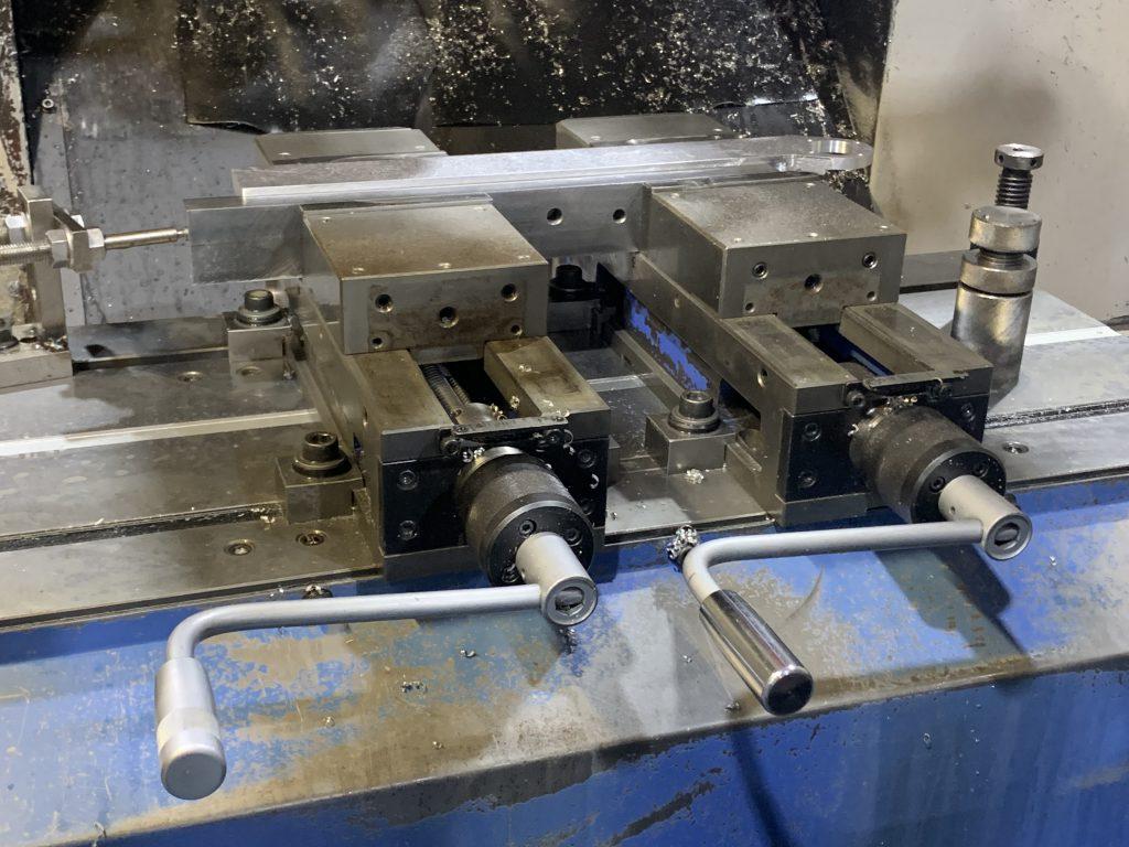マシニンクセンタに固定されたバイスで、加工ワークを固定している例。アルミ製品を固定している状態(アルミ鋳物)。
