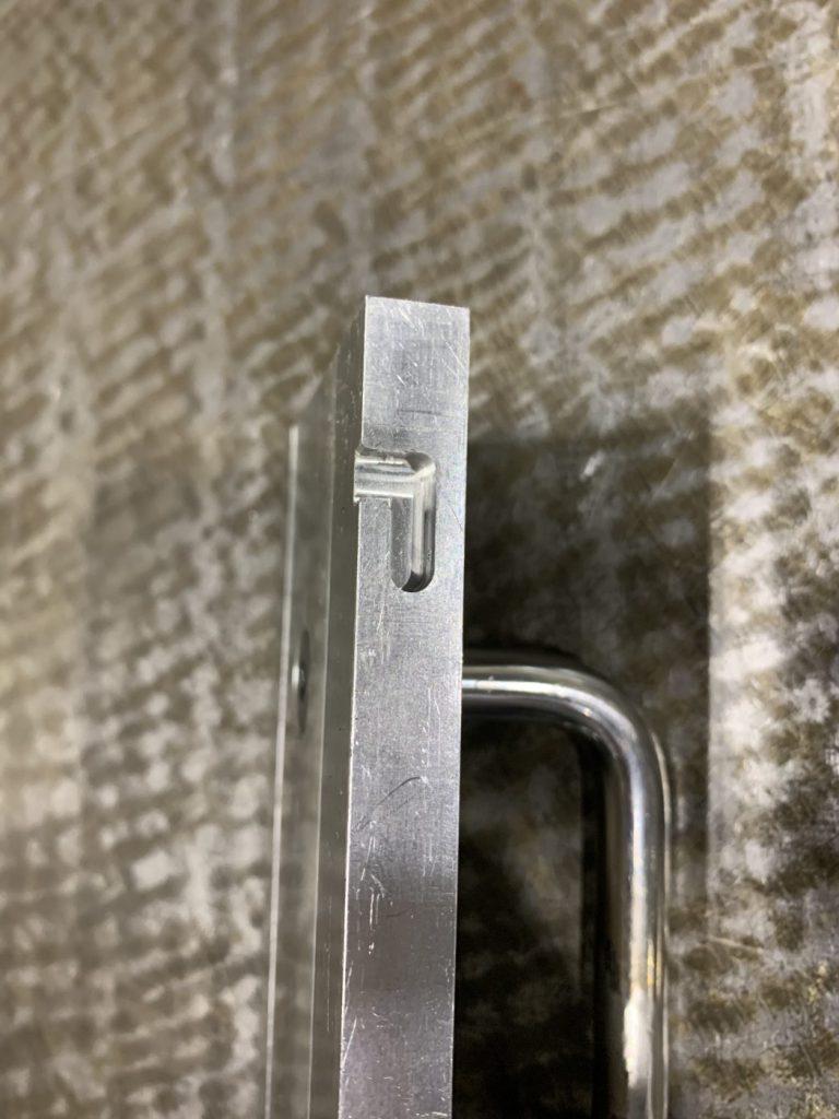 4方向目を固定するための蓋に施された工夫。かぎ状の溝が彫られていて、蓋の固定と着脱の容易さを両立させている。