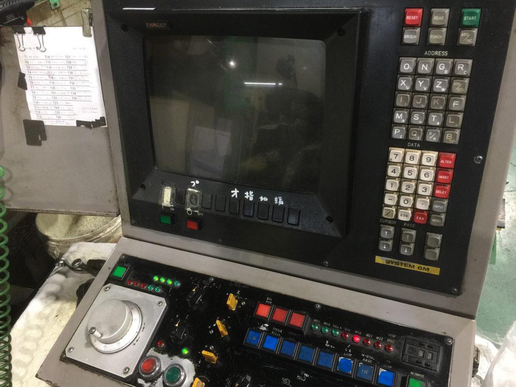 操作盤の写真です。モニターは真っ暗な状態です。