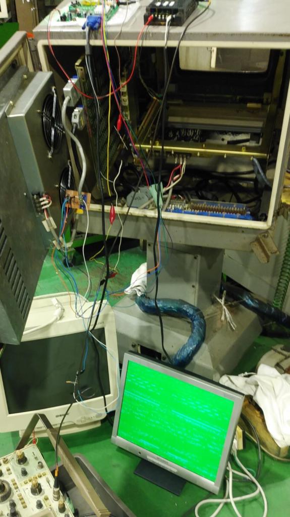 一般的に流通しているPC用液晶モニターと操作盤とをコードでつなぎ、表示されるかどうかをテストしているところです。画面は緑色で本来表示して欲しい内容とは異なる状態です。