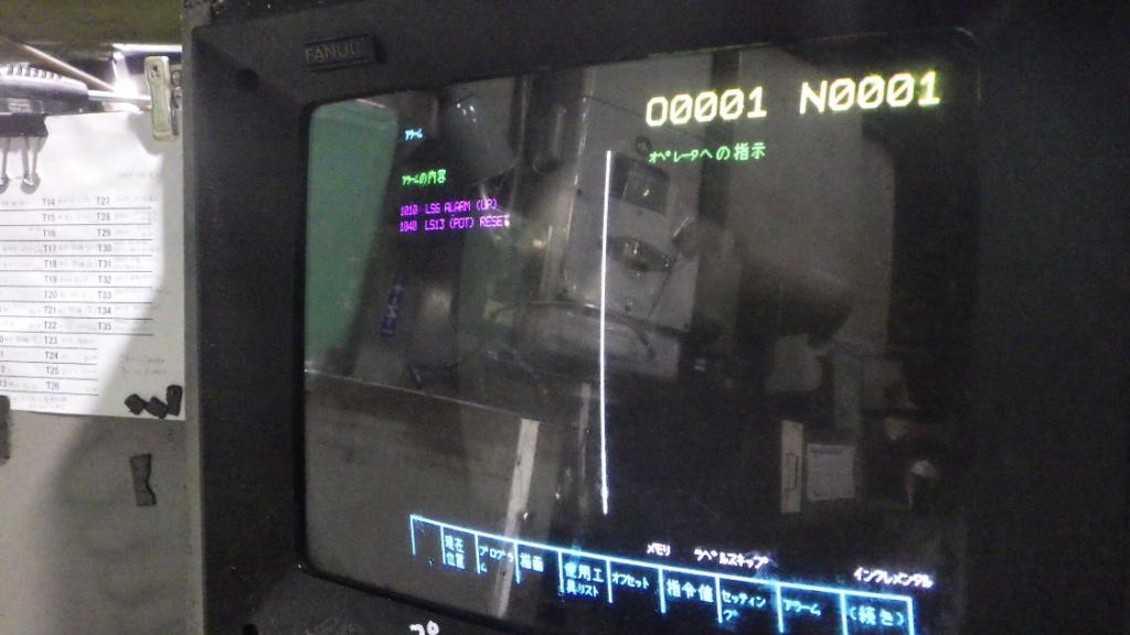 操作盤にCRTモニターを組み込んだ様子の写真です。違和感がないくらいぴったりと収まっているのが分かります。