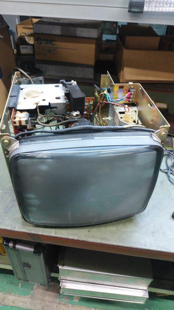 操作盤から取り外したモニターの写真です。