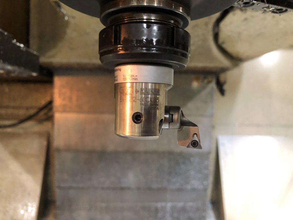 ボーリング加工で使われる機会の写真です。回転軸の外側に刃物がついている工具を取り付けてあります。