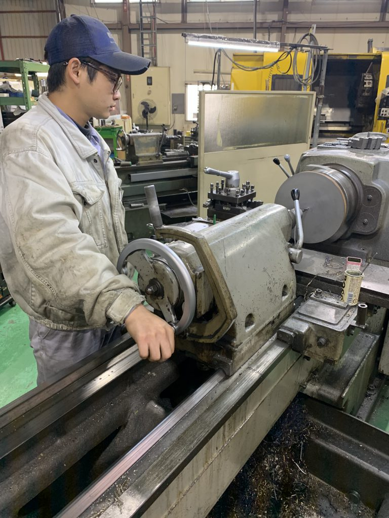 茂呂製作所スタッフが旋盤加工を行っている様子の写真です。