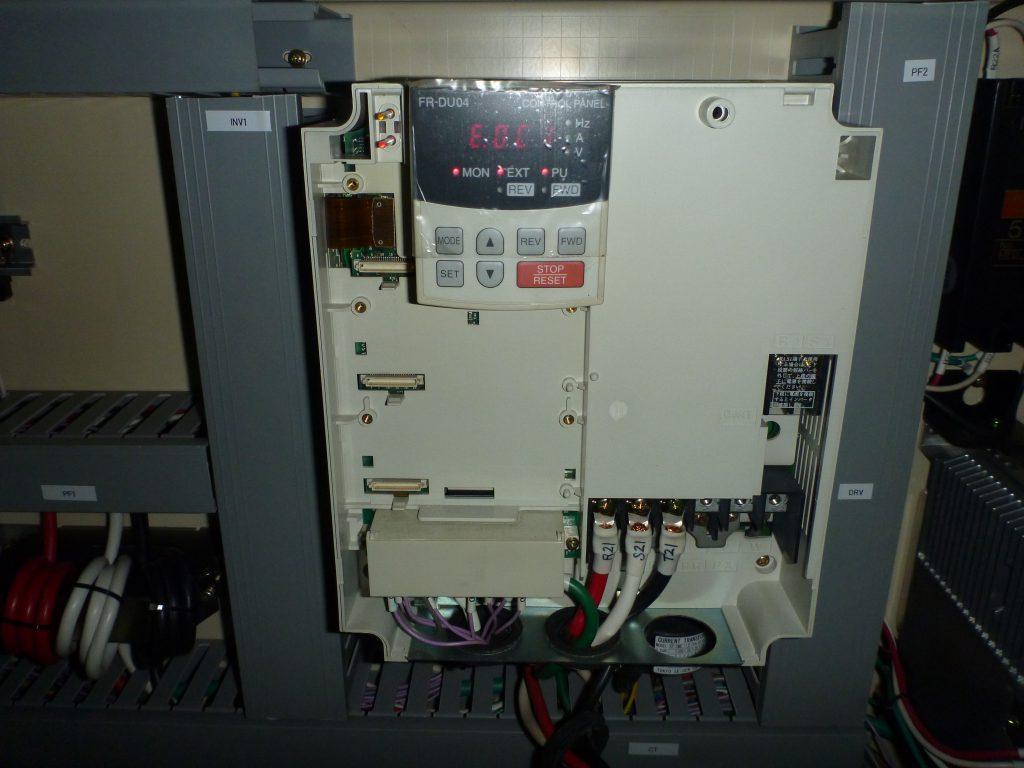該当のインバーターの写真。液晶表示にエラーランプが点灯しています。