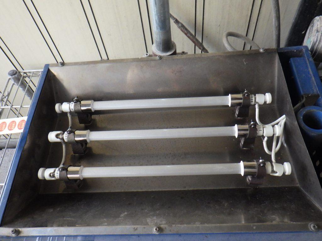 石英管式ヒーター3本と配線を交換した様子の写真です。