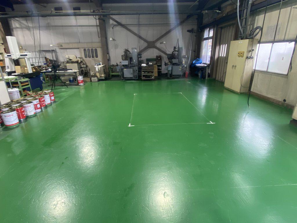 床のペンキを塗り直し、機械の設置場所をマーキングしてあります。