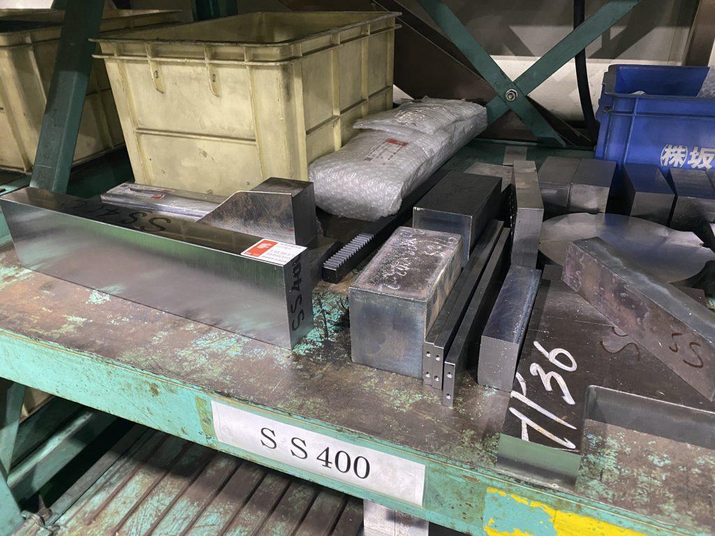 社内に在庫している材料の数々が並んでいる写真。
