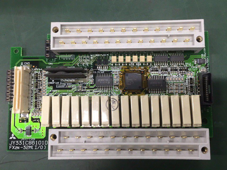 PLC内部の写真。カバーを外してあり基盤の上に複雑に配線されている様子が分かります。