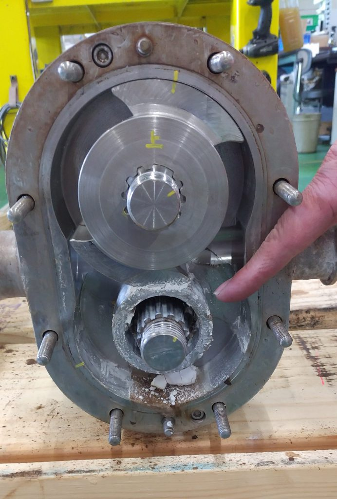 分解後に軸の摩耗部分を確認している写真です。傷が目に見えて確認できます。