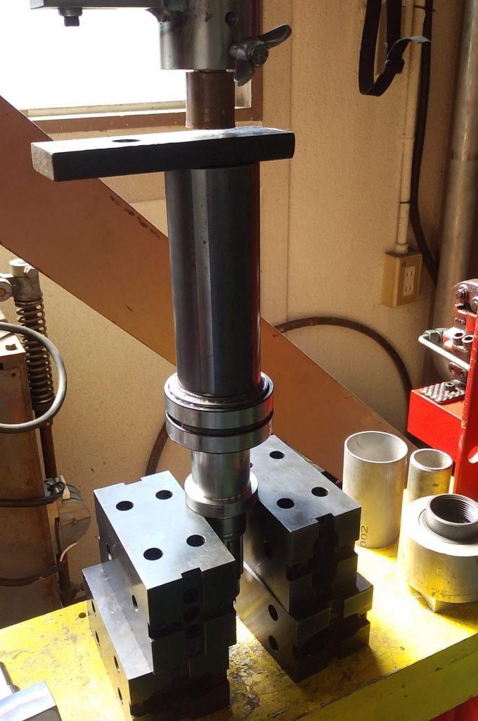 作った治具を使ってベアリングを軸に圧入しながら組み付けます。