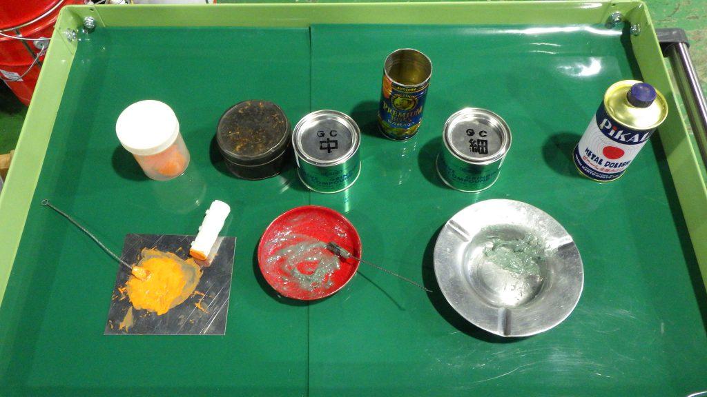 光明丹と研磨剤の写真です。3つ並んでおり、左から光明丹、研磨剤(中目)、研磨剤(細目)という順になっています。