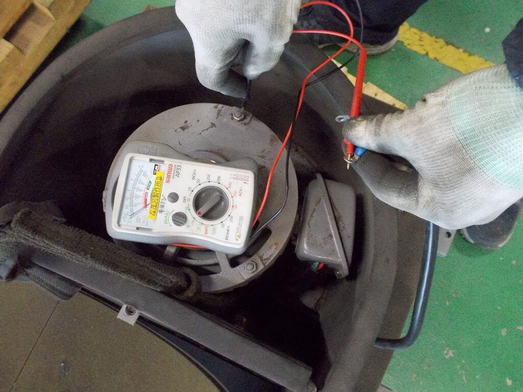 電気テスターで導通を調べているところの写真です。