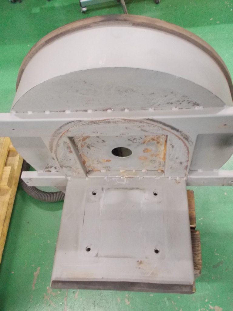 モーターを取り付ける脚部の写真です。モーターを固定するためのネジ穴が、現行版のモーターのネジ穴の位置と合致していません。