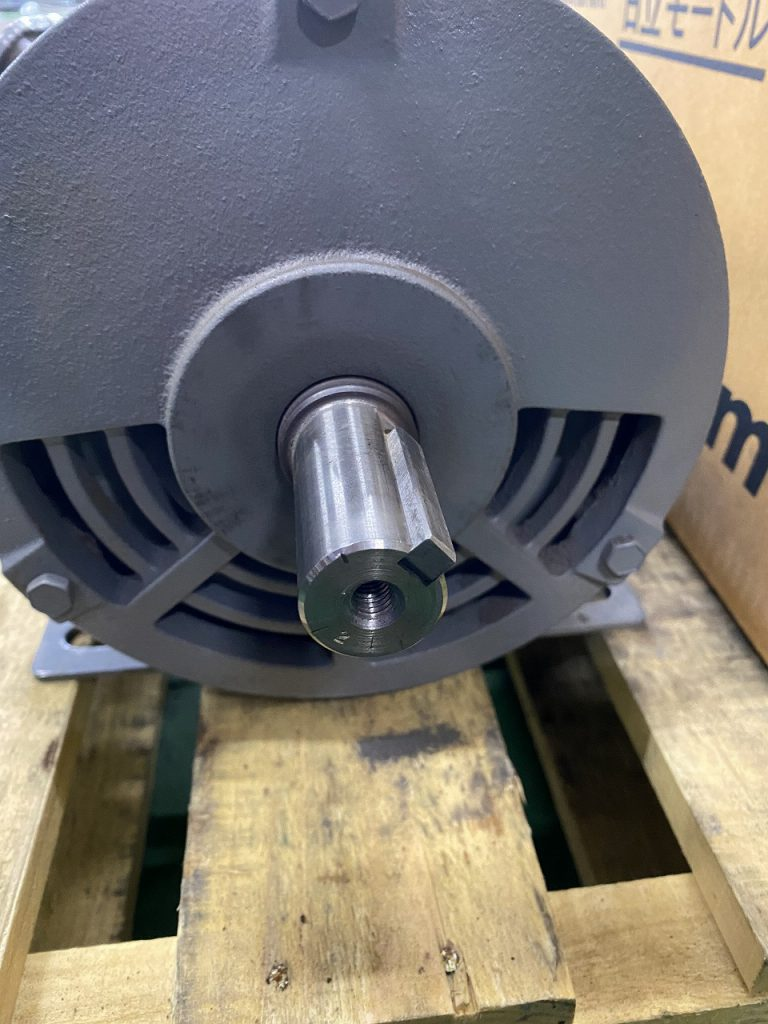 取り外したモーターの写真です。モーターの軸にネジ加工されていることが分かります。