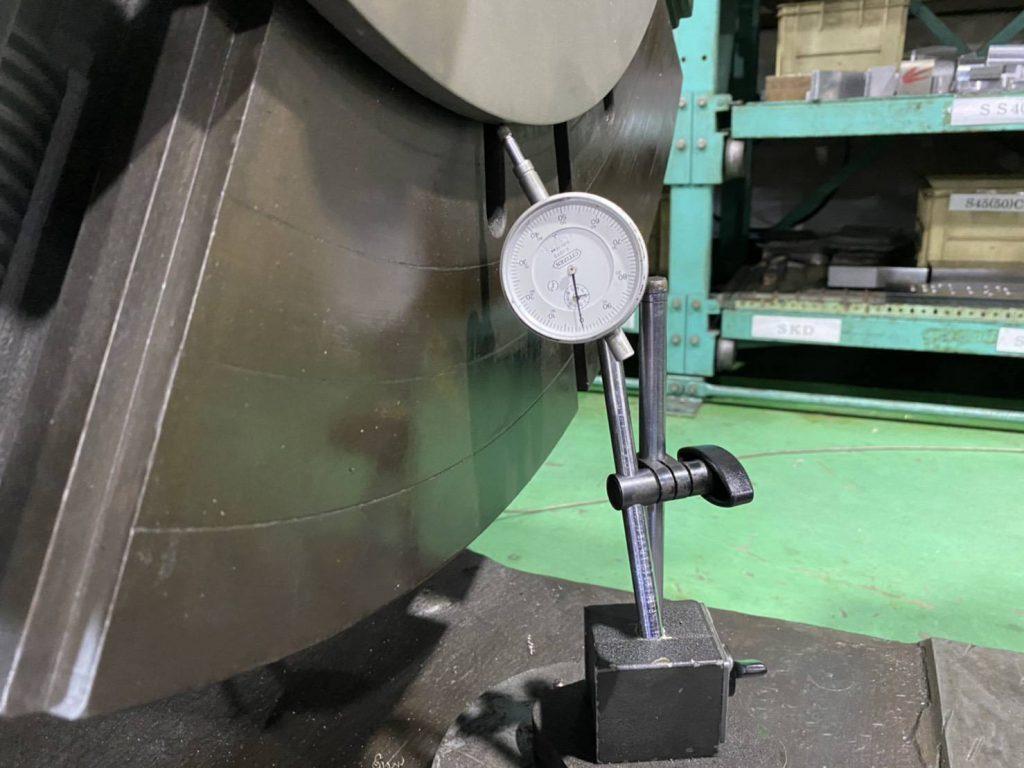 芯出しをしているところの写真。正面盤と材料の中心があっているか計測する機器が写っています。