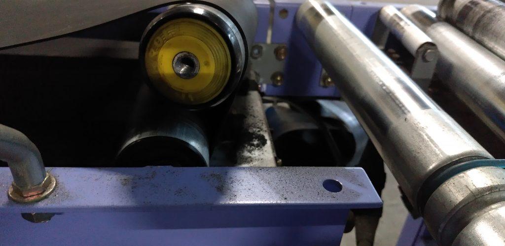 端のローラーを外してベルトを取り付けた状態です。これからネジ穴位置まで引っ張ります。