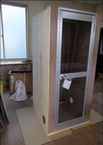 茂呂製作所が製作した羽毛待機室の外観写真です。木製であることがよく分かります。
