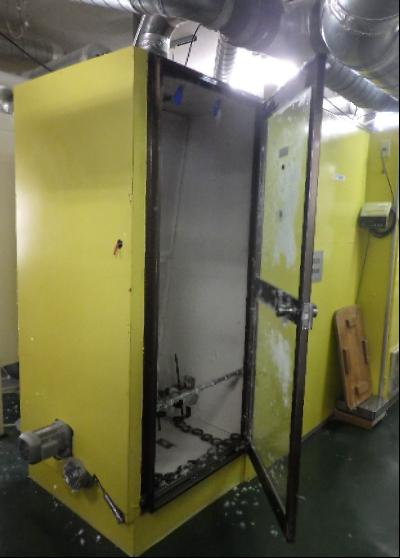 羽毛待機室の全景写真です。既存の羽毛待機室は金属製でがっしりしています。