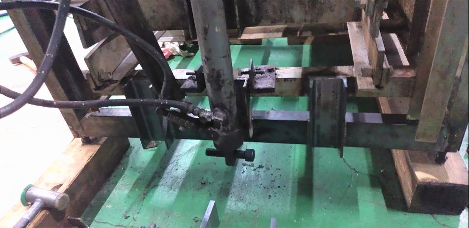補強材を溶接した油圧シリンダー軸受部分