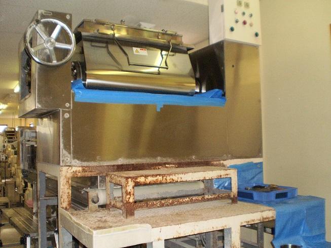 修理する機械の周囲に傷がつかないよう養生している写真