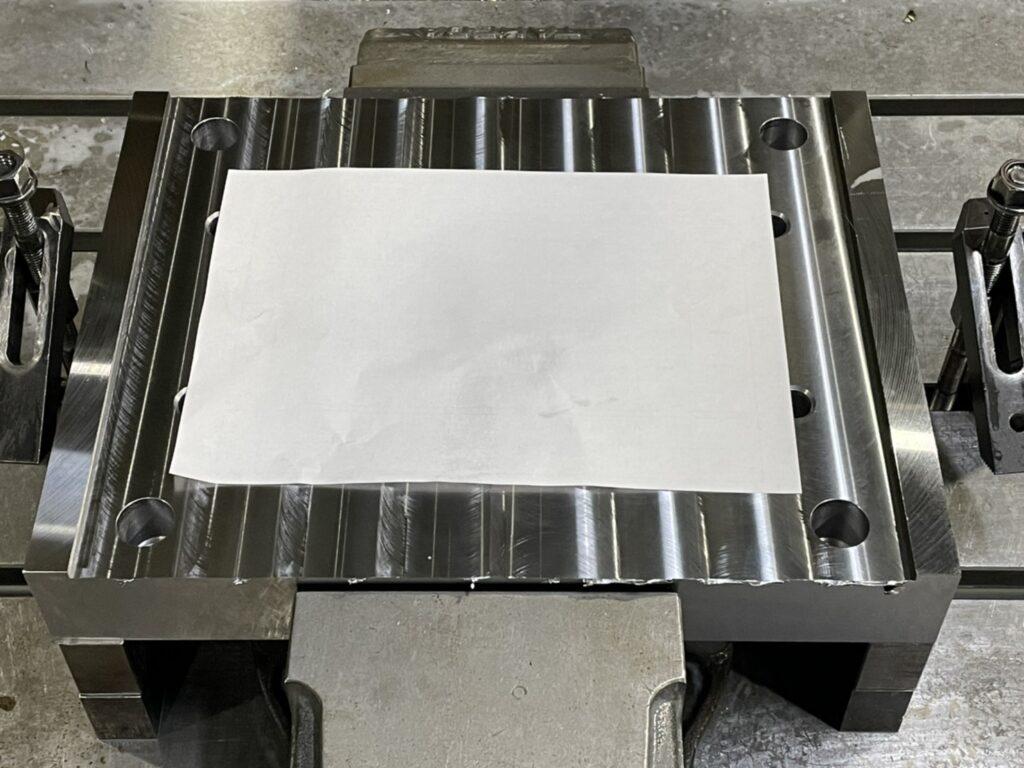 製品に紙を敷いてきず防止