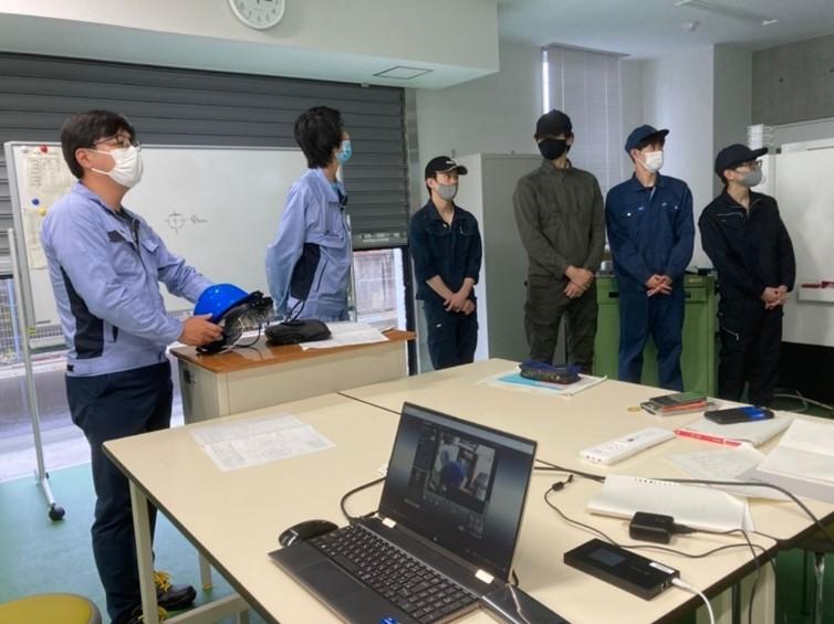スクリーンを眺める学生さんと茂呂製作所スタッフ