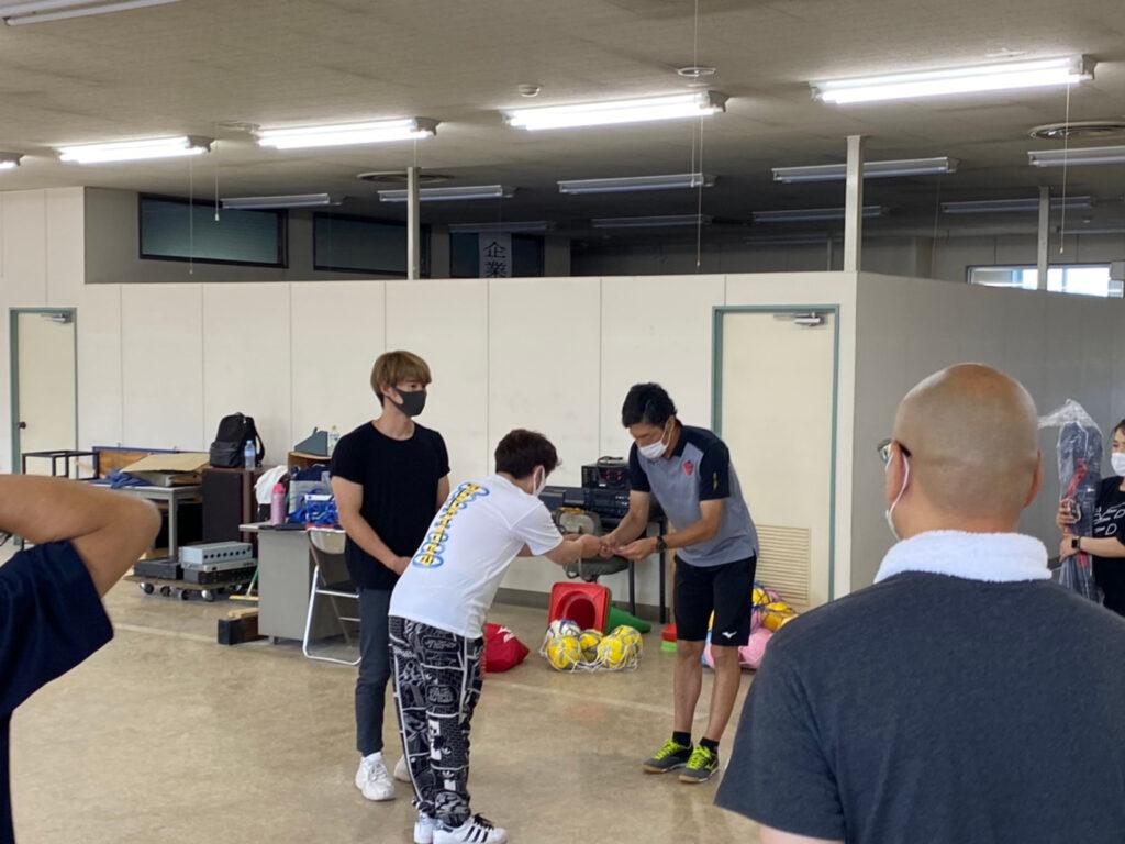 茂呂社長から須藤大輔さんにお礼の品を贈呈