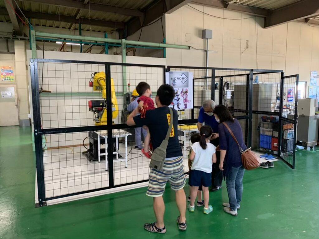 ロボットの動きを見学している親子