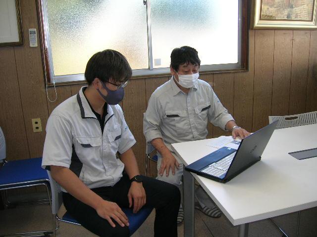 受け入れ企業さまご担当者2名がパソコンを通じて対応している様子